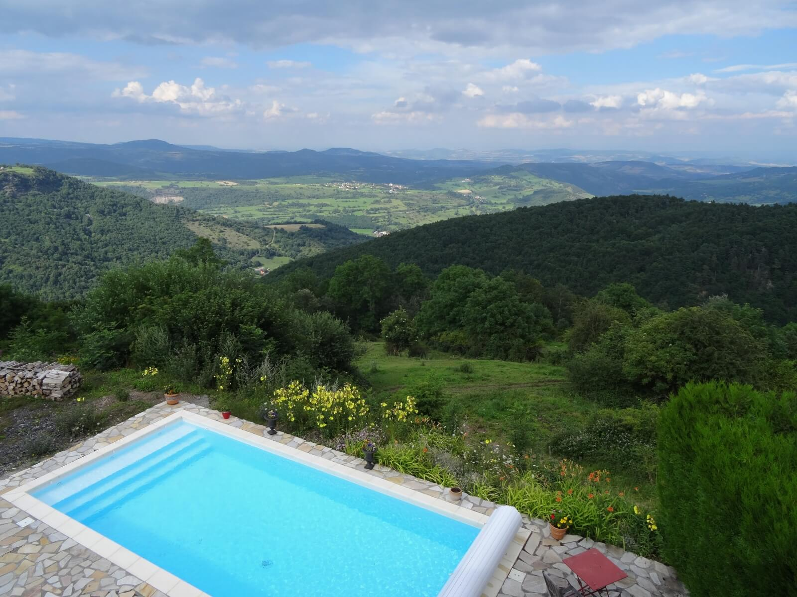 Swimming pool with a view on the Puy de Dôme